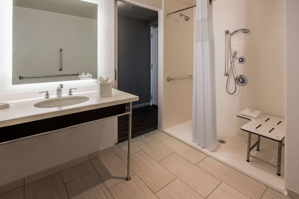 Bathroom, Hampton Inn & Suites Washington DC - Navy Yard