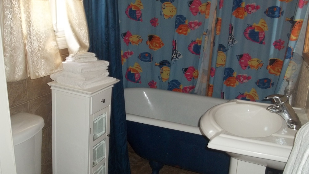 Book kincardine guest cottage motel kincardine hotel deals for Z gallerie bathroom guest book