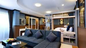 房內夾萬、書桌、窗簾、隔音