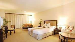 书桌、折叠床/加床(额外收费)、收费 WiFi、床单