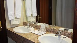 Bañera, artículos de higiene personal gratuitos y secador de pelo