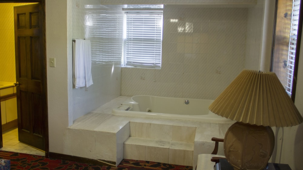 Deep Soaking Bathtub, Countryside Motel
