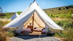 Roupas de cama premium, berços grátis, Wi-Fi de cortesia, roupa de cama