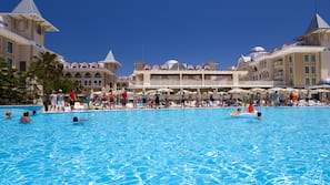 Piscine couverte, 2 piscines extérieures, parasols de plage