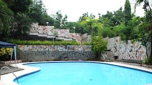 3 buitenzwembaden, ligstoelen bij het zwembad