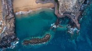 Tæt på stranden, hvidt sand, gratis strandtransport, liggestole
