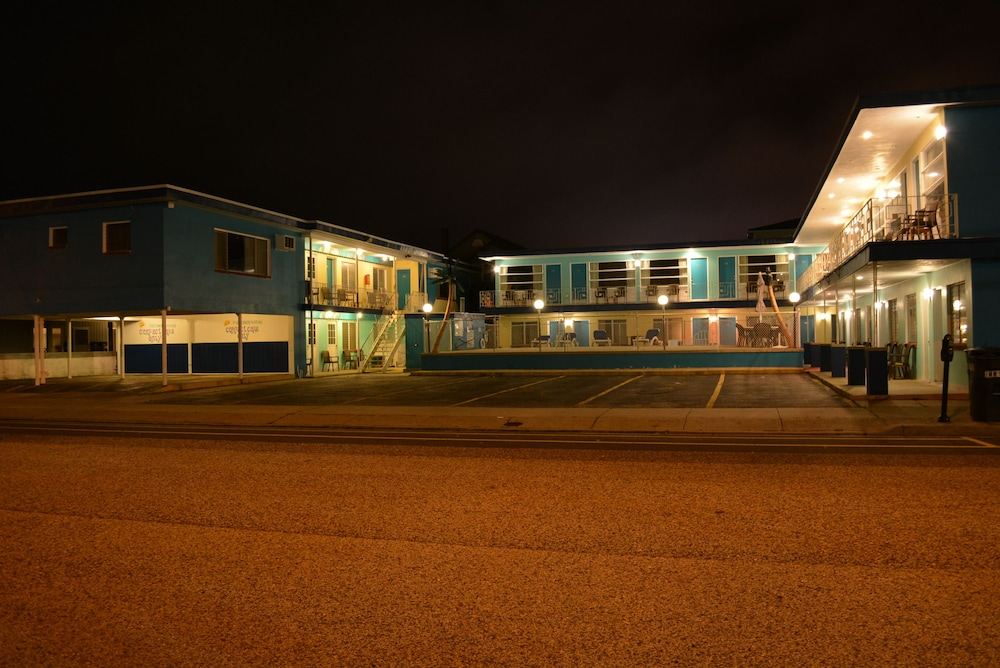 Front of Property - Evening/Night, Royal Court Motel