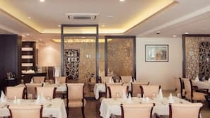 3 restaurants, lunch and dinner served, international cuisine