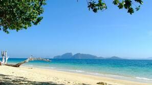 Am Strand, Liegestühle, Sonnenschirme, Strandtücher