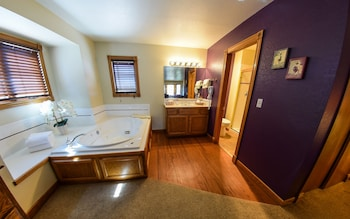 Deluxe Room, 1 King Bed, Jetted Tub - Jetted Tub