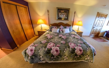 Deluxe Room, 1 King Bed, Jetted Tub - Guestroom