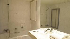 Duschwanne, kostenlose Toilettenartikel