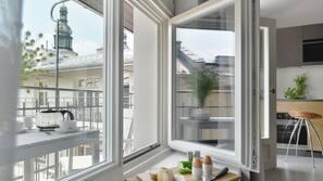 Sengetøy av topp kvalitet, dundyner og safe på rommet