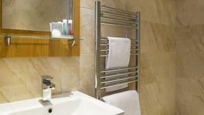 Dusch, gratis toalettartiklar, hårtork och handdukar