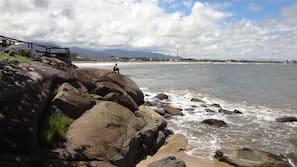 Perto da praia, espreguiçadeiras, guarda-sóis, prática de pesca