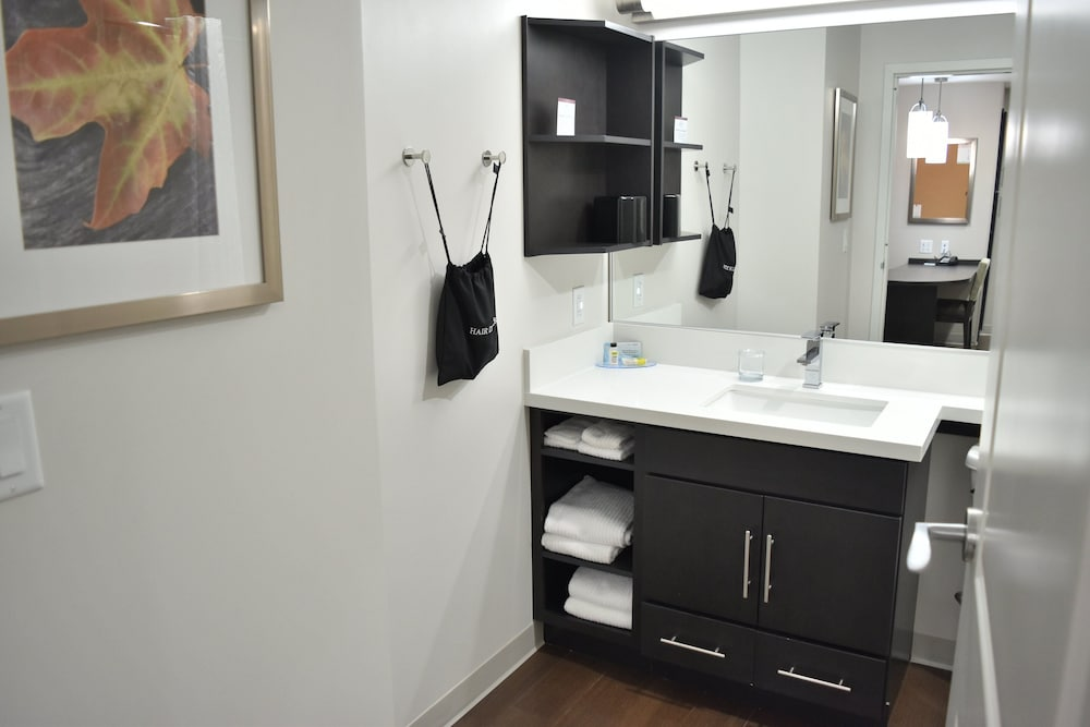 Bathroom, Candlewood Suites Kansas City - Independence, an IHG Hotel