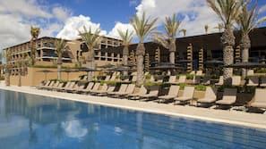 6 개의 야외 수영장, 일광욕 의자