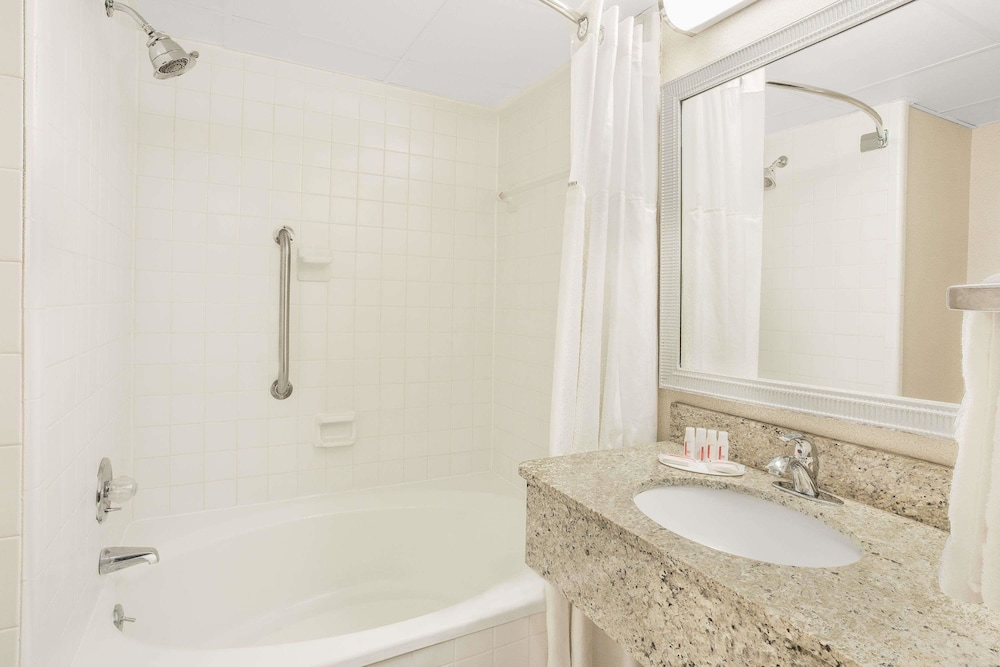 Bathroom, Ramada Plaza by Wyndham Fayetteville Fort Bragg Area