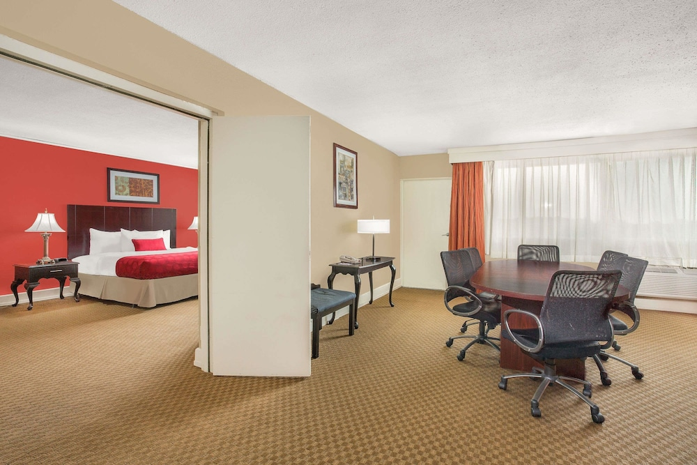 Room, Ramada Plaza by Wyndham Fayetteville Fort Bragg Area