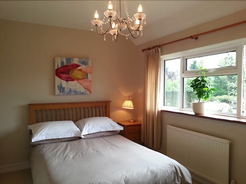 Short or Long Term, Group Holiday Stays in Guildford. Easy Access, Free Parking