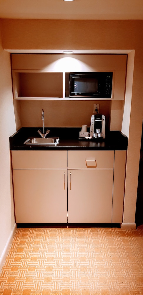 Private Kitchenette, Inn at Great Neck, BW Premier Collection