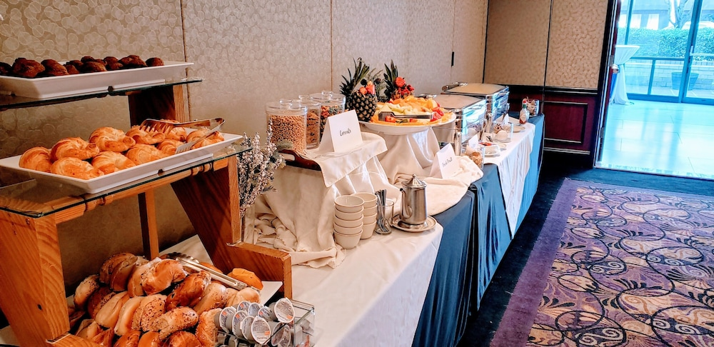 Breakfast buffet, Inn at Great Neck, BW Premier Collection