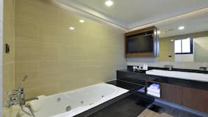 獨立浴缸及淋浴設備、雨淋式花灑、免費浴室用品、風筒