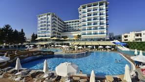 2 piscines couvertes, 2 piscines extérieures, parasols de plage