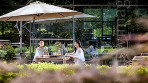 3 restaurants, breakfast served