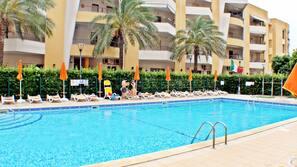 Piscina all'aperto, una piscina a sfioro