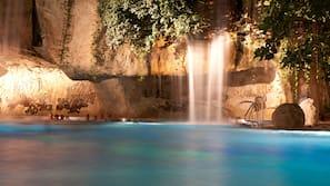 2 piscines couvertes, 2 piscines extérieures, maîtres-nageurs sur place