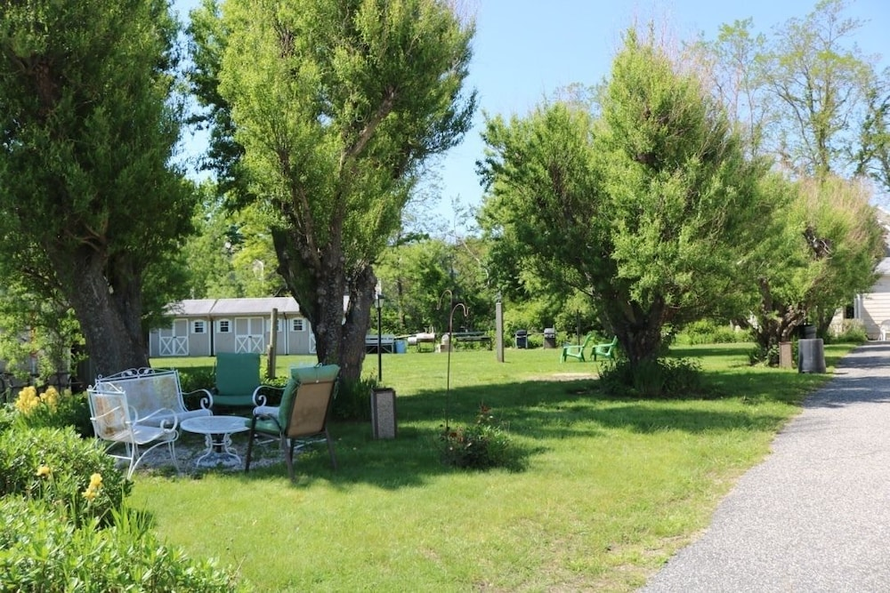 BBQ/Picnic Area, Southold Beach Motel