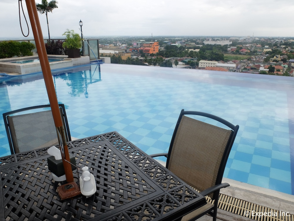 Infinity Pool, Central Park Tower Resort