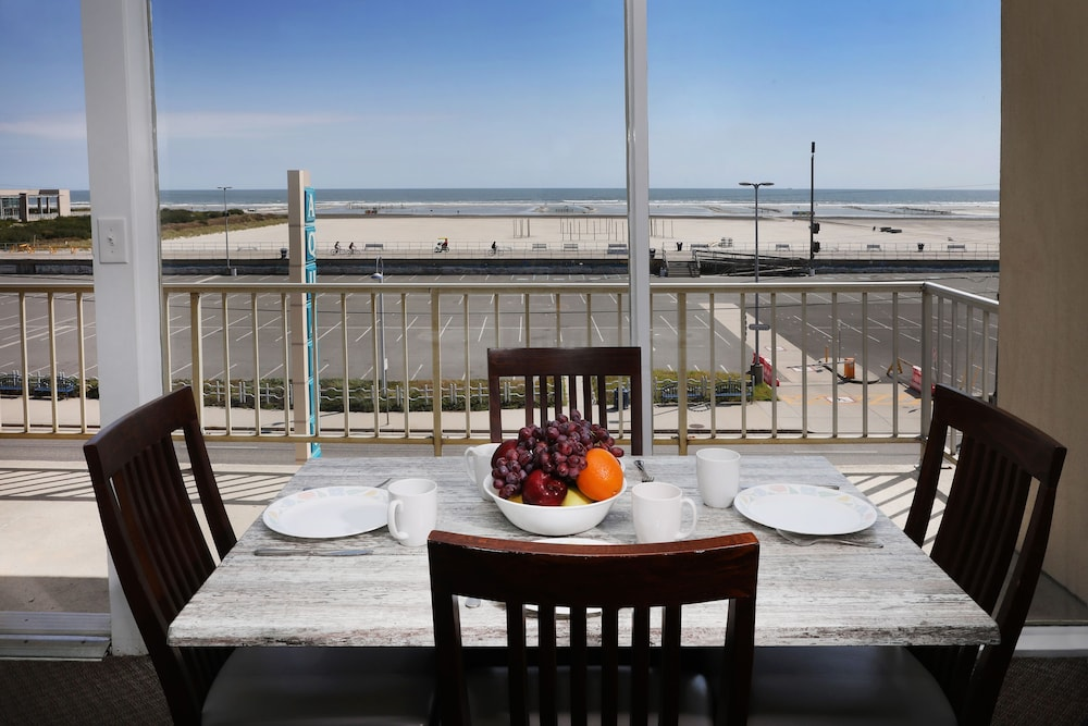 In-Room Dining, Aquarius Oceanfront Inn