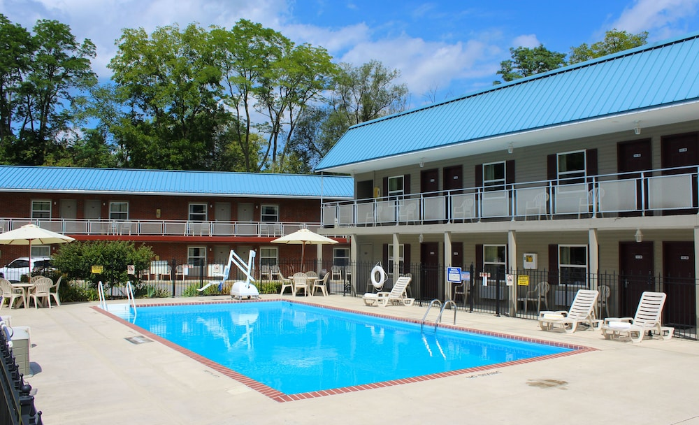 Outdoor Pool, Sherwood Motel