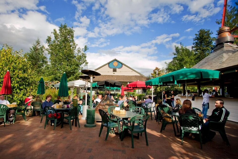 Outdoor Dining, McMenamins Edgefield