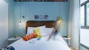 Tallelokero huoneessa, työpöytä, pimennysverhot, vauvansängyt