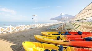 Privat strand i nærheden, gratis strandtransport, liggestole, parasoller