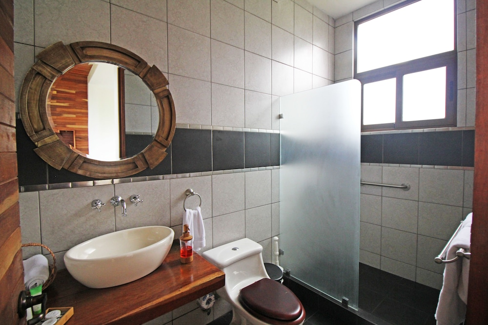 Bathroom, Altura Hotel