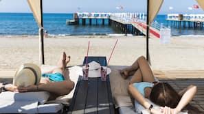 Spiaggia privata, cabine (a pagamento), lettini da mare, ombrelloni