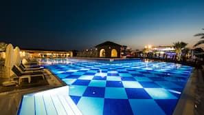 Piscina coperta, piscina all'aperto, cabanas (a pagamento)
