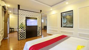 1 kamar tidur, minibar, brankas, dan meja kerja