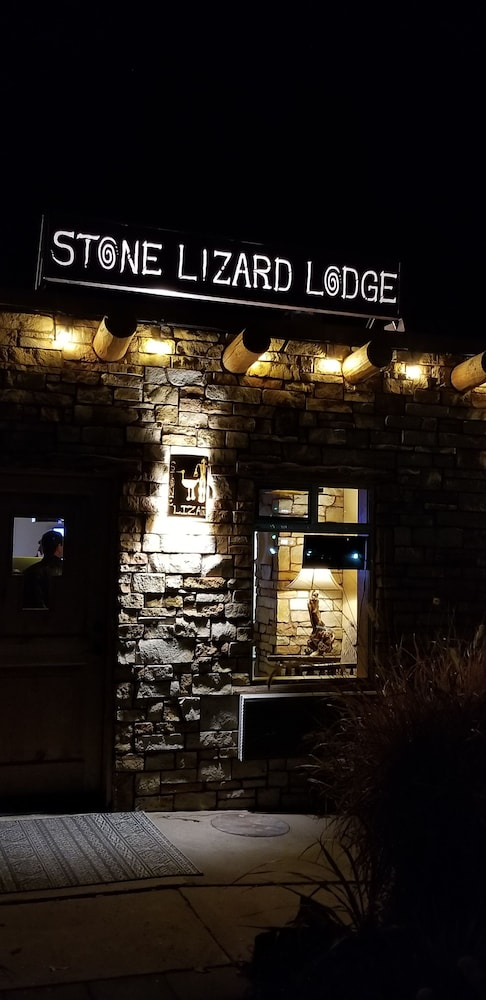 Front of Property - Evening/Night, Stone Lizard Lodging