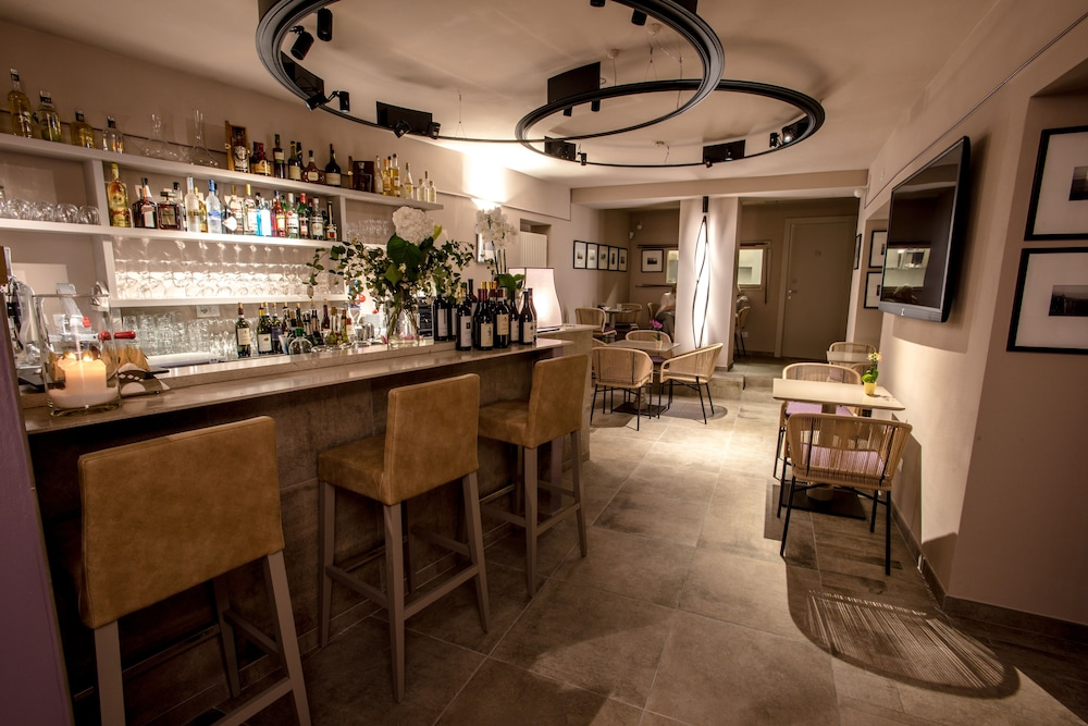 Bar, Uve Rooms & Wine Bar