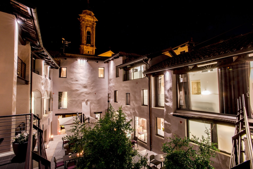 Courtyard, Uve Rooms & Wine Bar