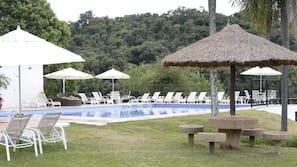2 piscinas externas, guarda-sóis, espreguiçadeiras