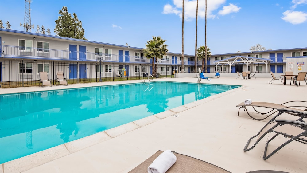 Pool, SureStay Plus Hotel by Best Western Sacramento Cal Expo