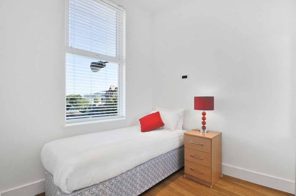 Room, Access West Kensington