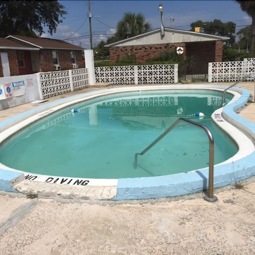 Outdoor Pool, Gulf Coast Inn