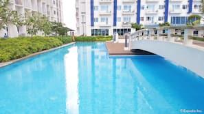4 개의 야외 수영장, 수영장 파라솔, 일광욕 의자